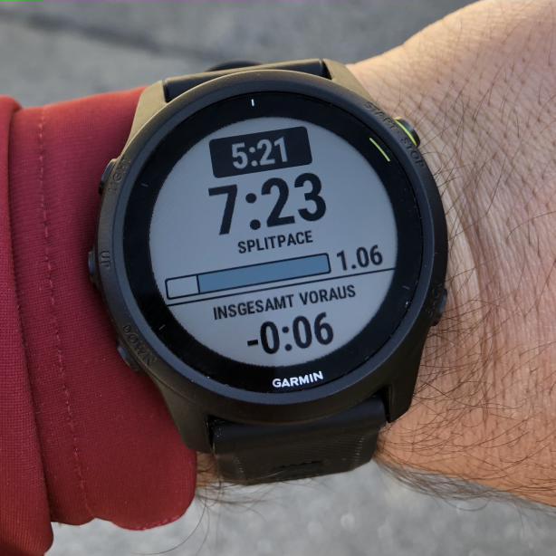 Pace, Zielpace, Fortschritt auf der Strecke und Vorsprung am Display.