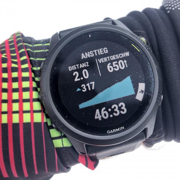 Alle Datenfelder der diversen Sportmodi sind direkt auf der Uhr frei belegbar. Hier etwa das Höhenprofil, die Höhenmeter und die Steiggeschwindigkeit ...