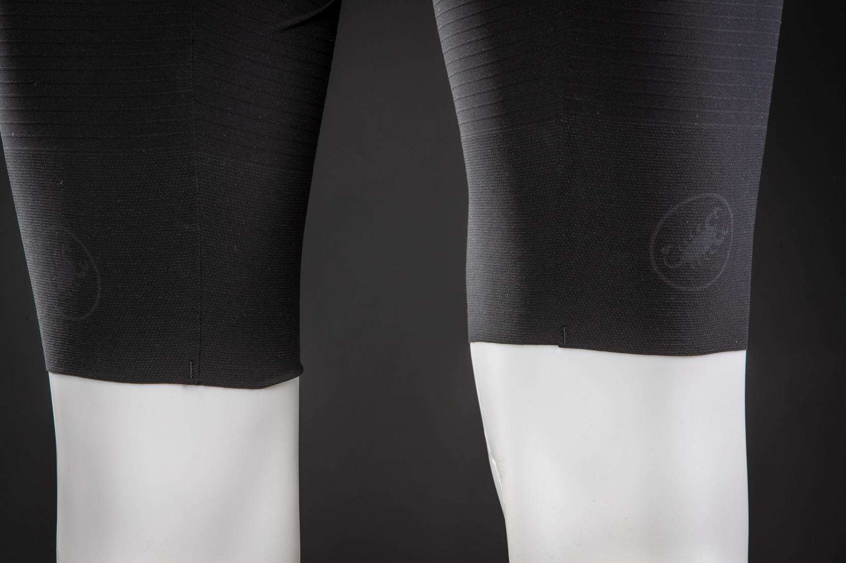 #3 Beinabschlüsse: Die ?raw cut?-Beinabschlüsse tragen mit ihren an der Innenseite gummierten Garnen nur minimal auf und sitzen extra rutschfest.