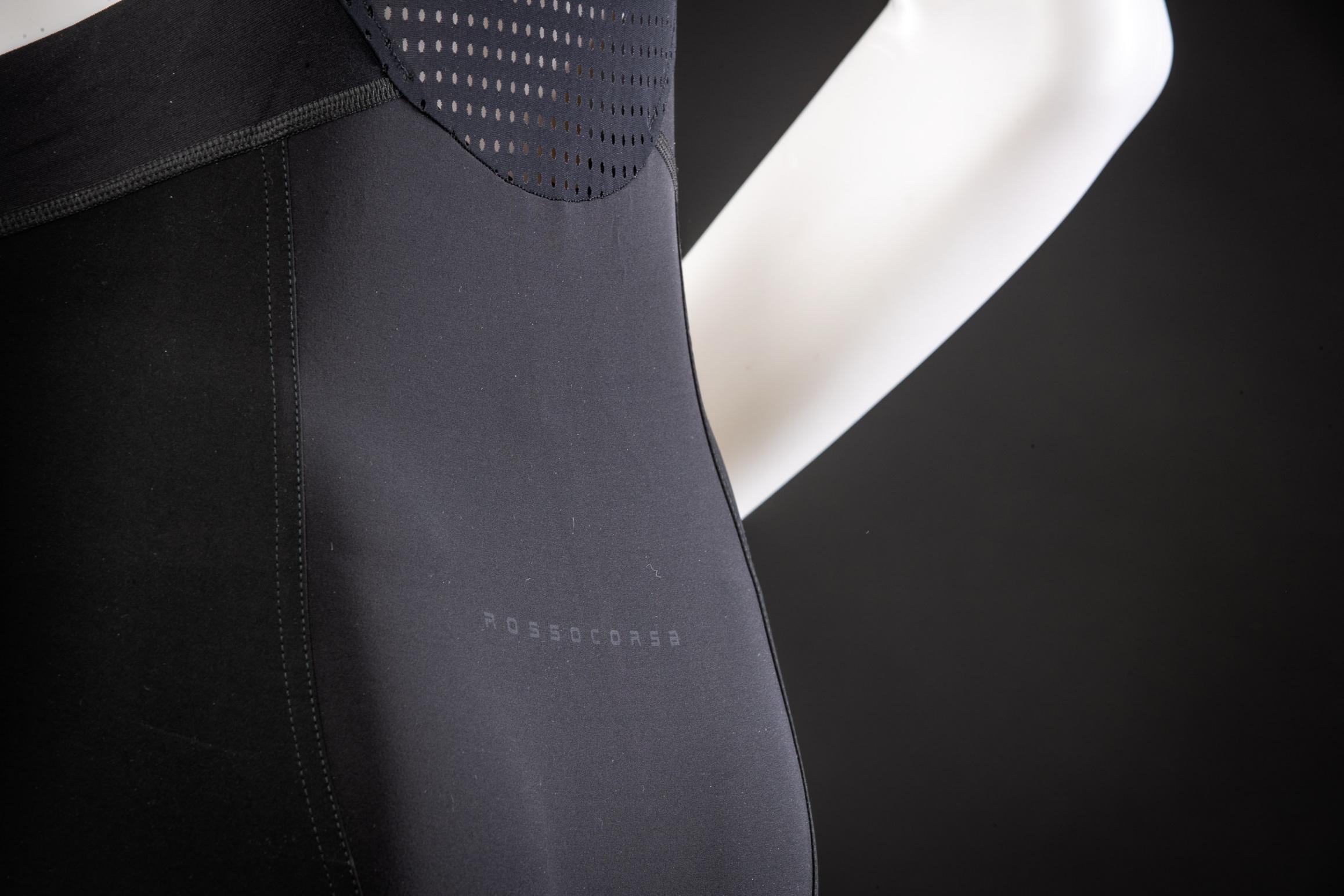 #5 Blickdichte Rückseite: Derart elastische Stoffe haben die Tendenz etwas transparent zu werden, wenn sie auf ihre maximale Länge gedehnt werden. Um die Augen des Hintermanns zu schonen, wurde der hintere Teil der Hose mit einer extrem leichten Futterlage blickdicht gemacht.