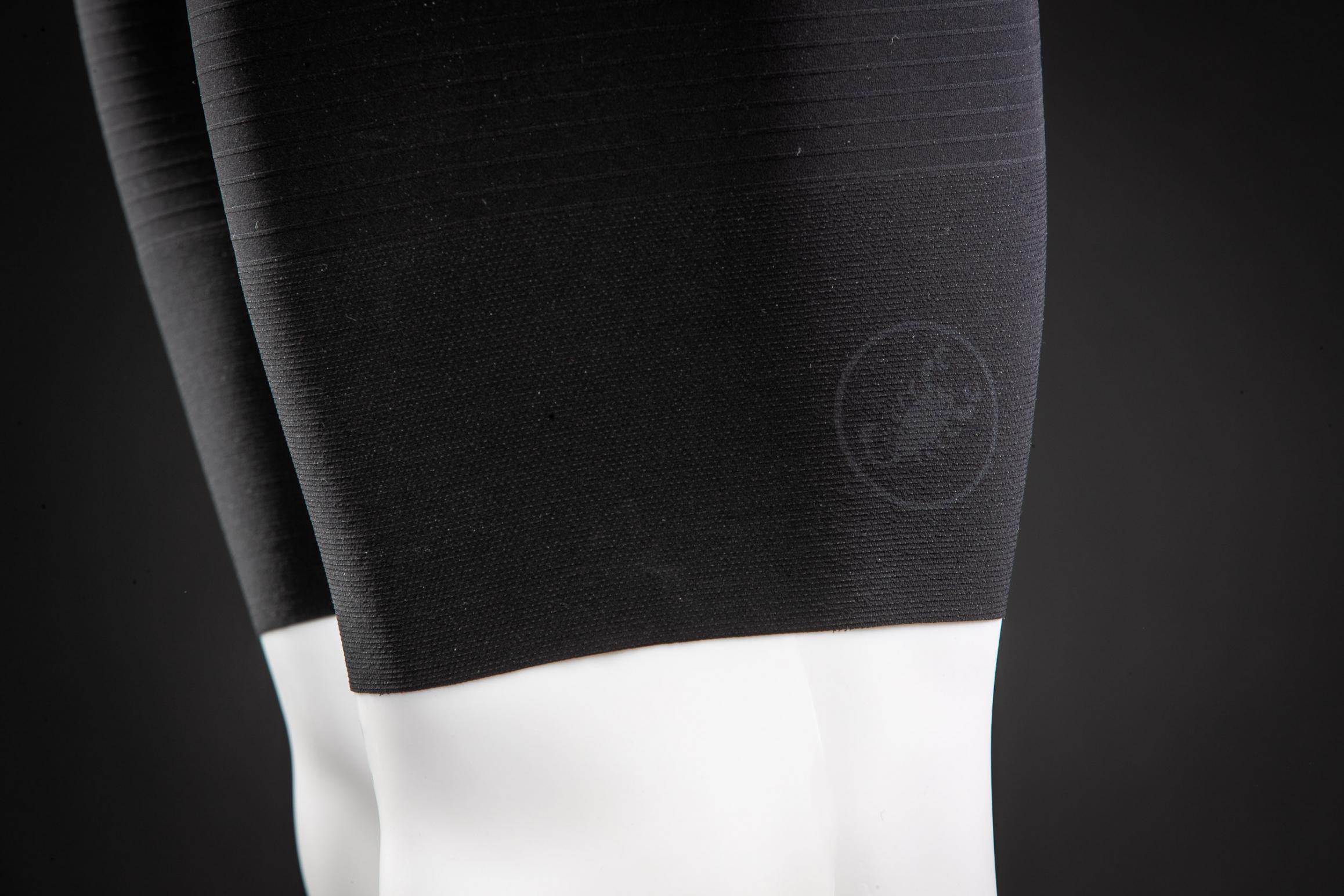 #4 Gelaserte Logos: Damit die Logos über die gesamte Lebensdauer der Bibs hinweg makellos aussehen, wurden die Skorpion-Logos hinten an den Beinen und das Rosso Corsa-Logo am Gesäß in den Stoff gelasert.