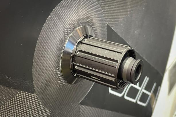 und werden auch für 50, 62 und 80 mm ARC Vorderräder von DT Swiss mit dem Laufrad mitgeliefert.