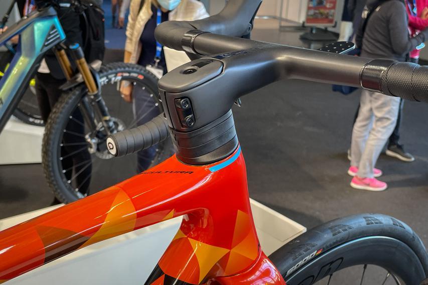 Ausgestattet mit Team SL 1P Cockpit integriert die 320 g leichte Vollcarbon-Konstruktion sämtliche Kabel für bessere Aerodynamik ...