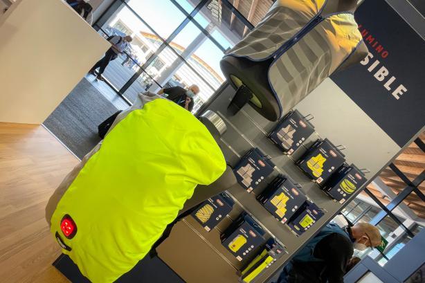 Eine ganze Serie an Warnwesten mit guter Passform (auch für Kinder) und wasserdichten Rucksackabdeckungen gibt es bei der neuen Lumino-Serie.