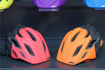 Der in zwei Farben erhältliche Factory Youth Enduro Helm