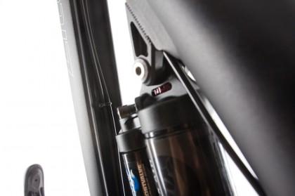 Umwerfer-Bowden und Hydraulik-Leitung der versenkbaren Sattelstütze befinden sich semi-integriert im Oberrohr