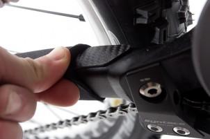 unterhalb des Bikeboard.at Kettenstrebenschutzes befindet sich eine dicke Folie im Carbonlook - aber doppelt hält länger