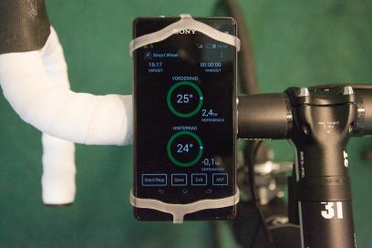 Reifendruck und Felgentemperatur werden mittels spezieller App am Smartphone angezeigt.