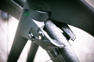 Die vorderen Bremsen greifen direkt hinter der Gabel an.
