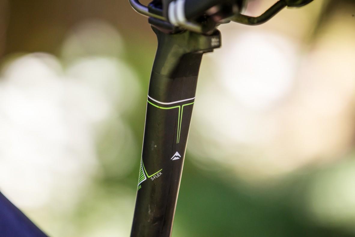 Ob des für Dropper-Posts vergrößerten Sitzrohrdruchmessers mussten der Carbonstütze ausgeprägte Flex-Zonen verpasst werden.